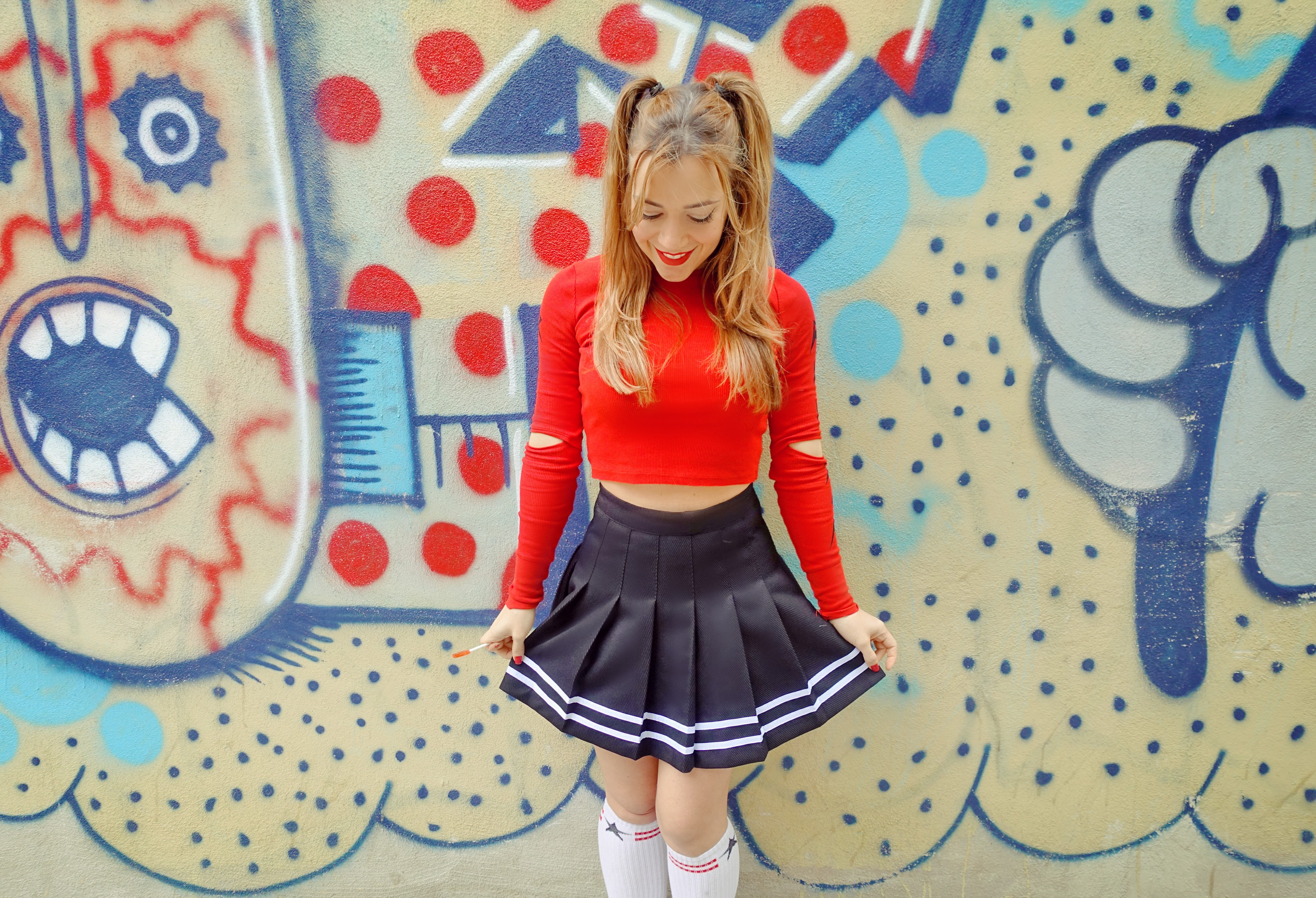 Look-rojo-blog-de-moda-ChicAdicta-influencer-Chic-Adicta-PiensaenChic-cheerleader-look-peinados-90s-Piensa-en-Chic