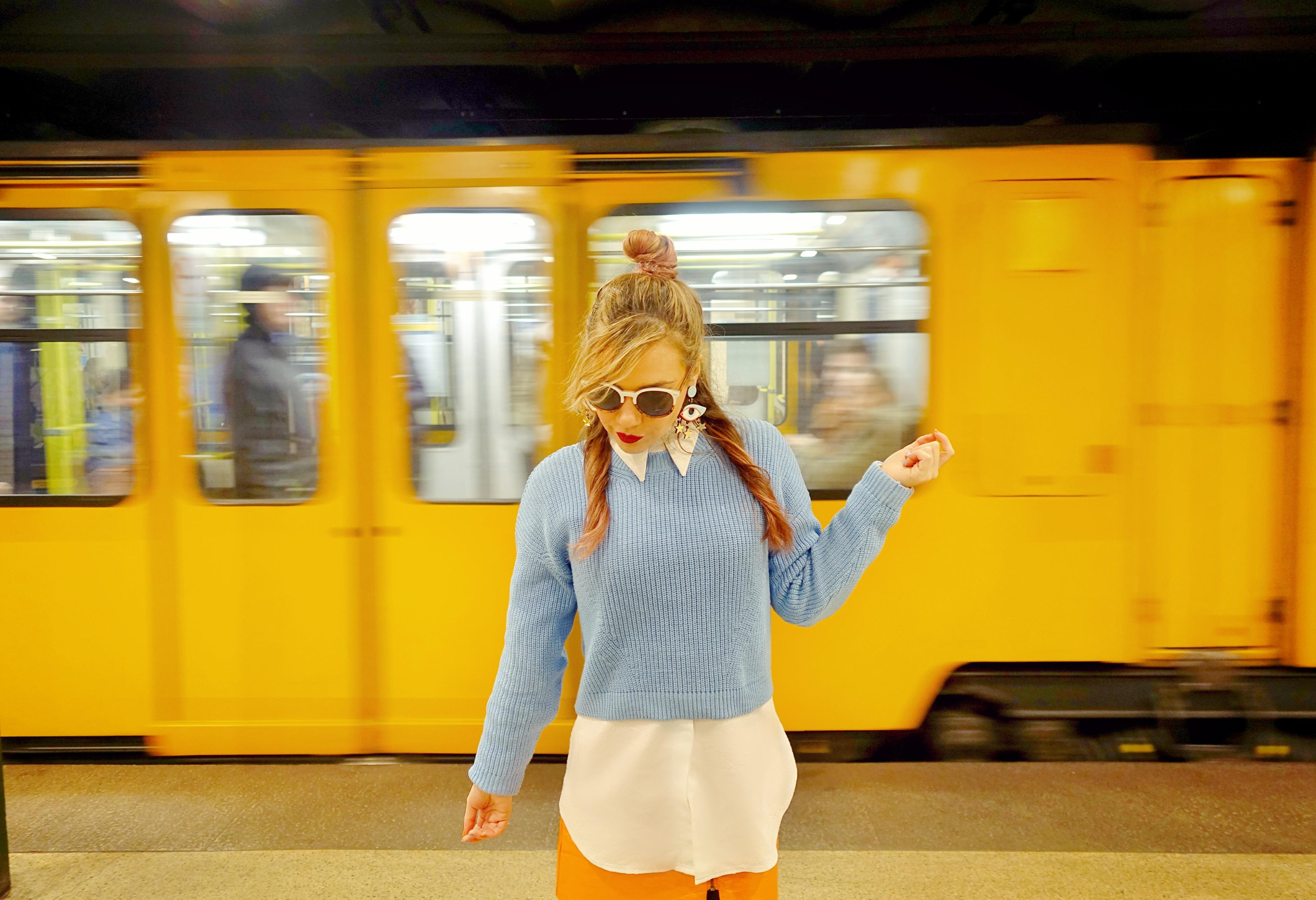 Metro-de-budapest-look-naranja-blog-de-moda-chicadicta-fashionista-influencer-pendientes-grandes-chic-adicta-PiensaenChic-Piensa-en-Chic