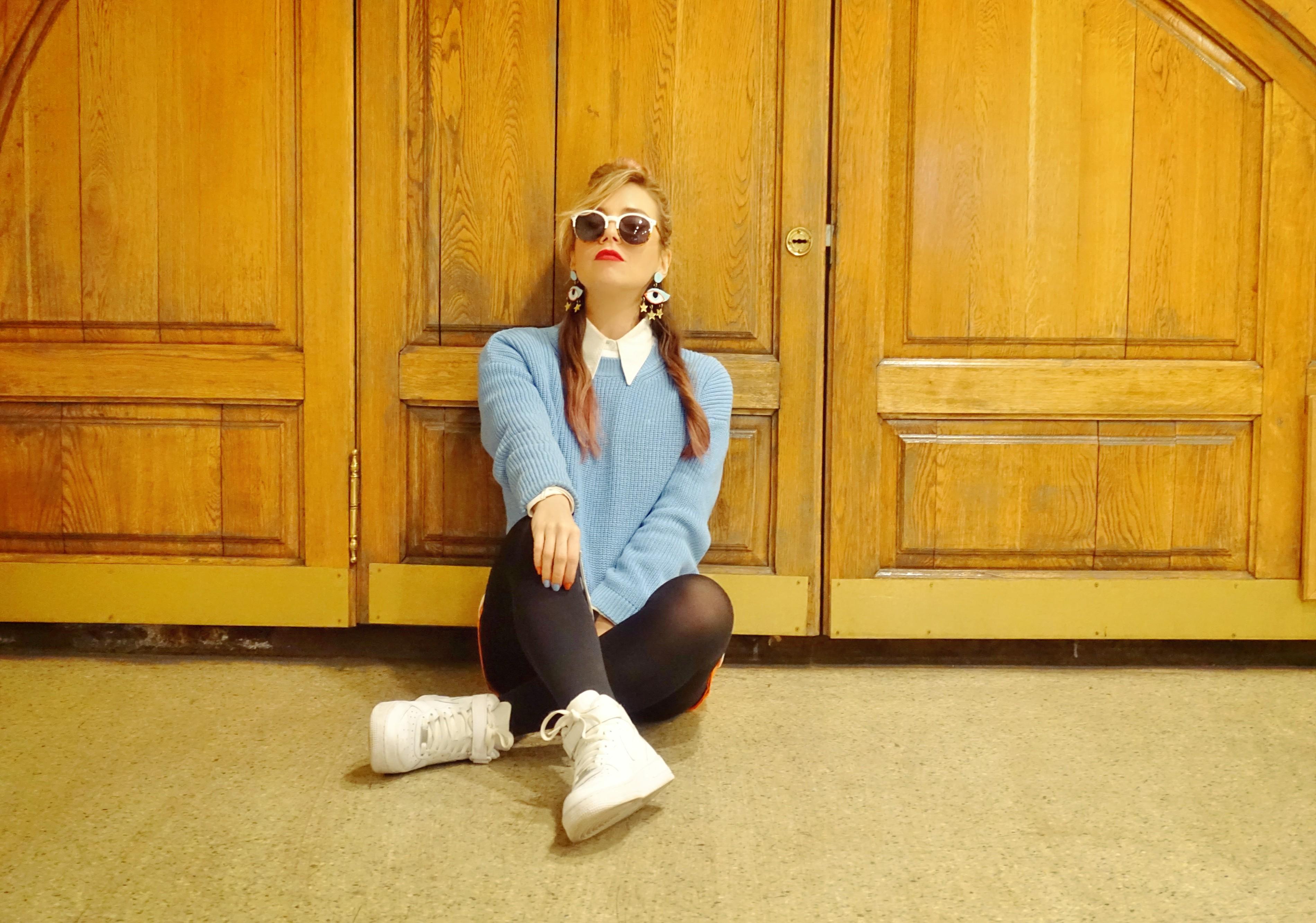 Stradivas-look-blog-de-moda-Chic-Adicta-jersey-azul-zapatillas-nike-pendientes-de-ojos-budapest-style-PiensaenChic-chicadicta-Piensa-en-Chic