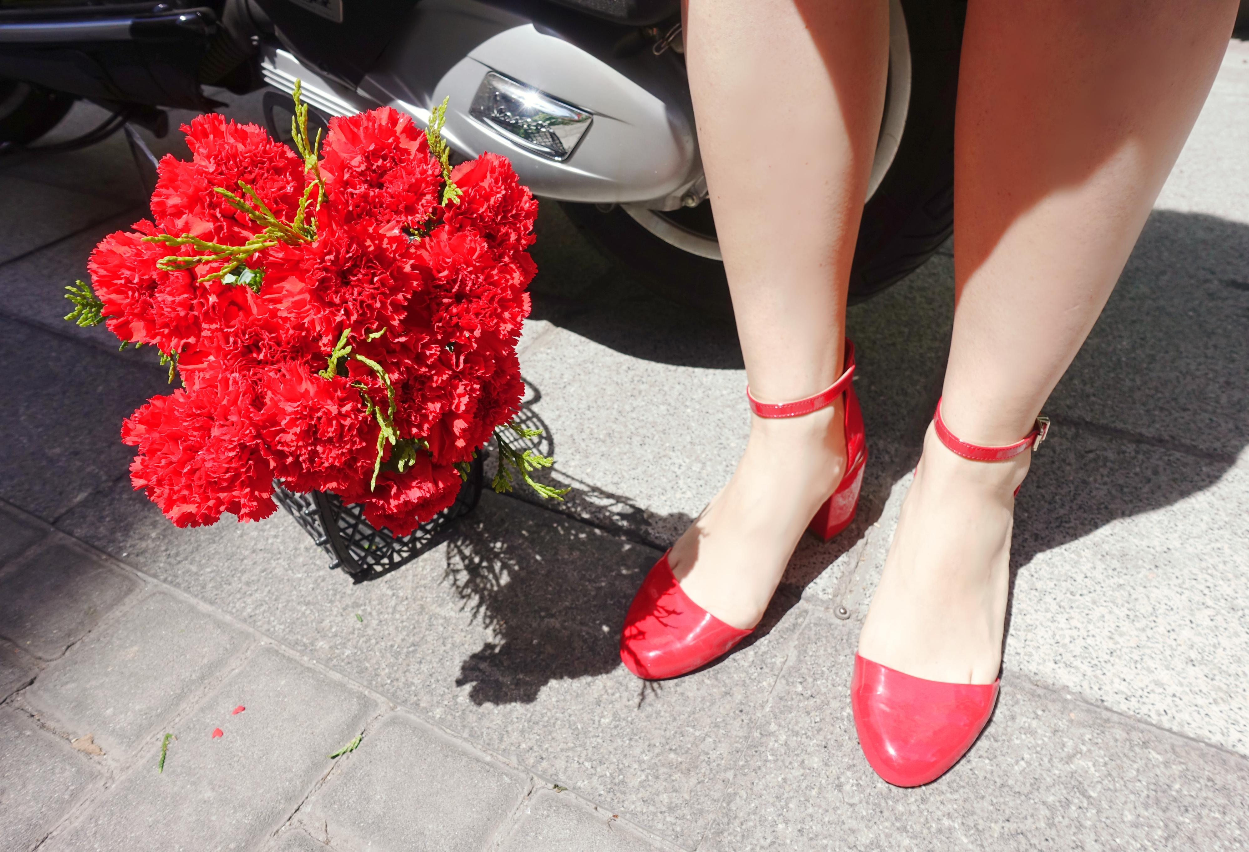 Flores-rojas-blog-de-moda-ChicAdicta-fashionista-influencer-Chic-Adicta-PiensaenChic-bolsos-retro-Piensa-en-Chic