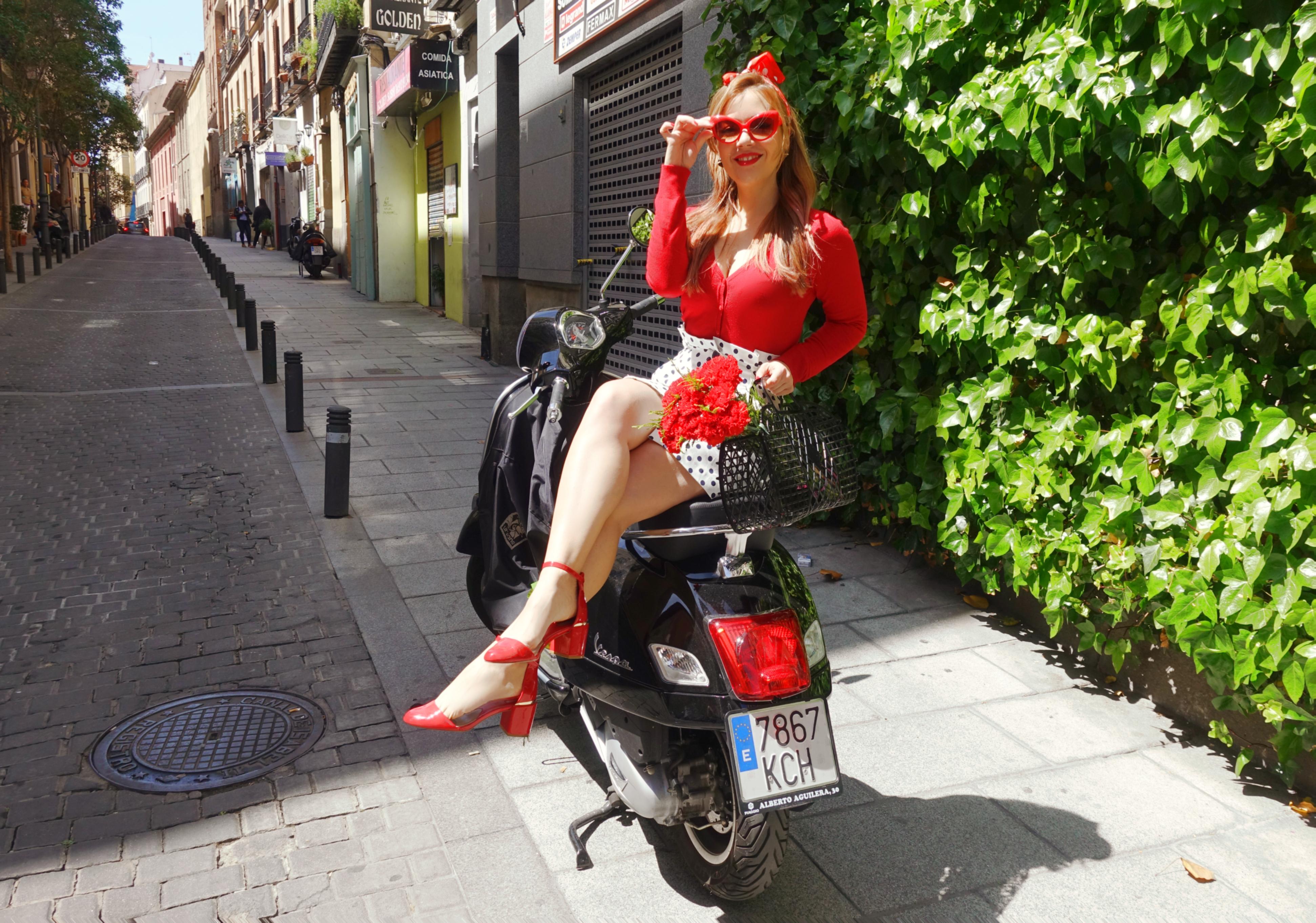 Zapatos-retro-blog-de-moda-ChicAdicta-influencer-Madrid-Chic-Adicta-look-de-lunares-PiensaenChic-claveles-rojos-Piensa-en-Chic