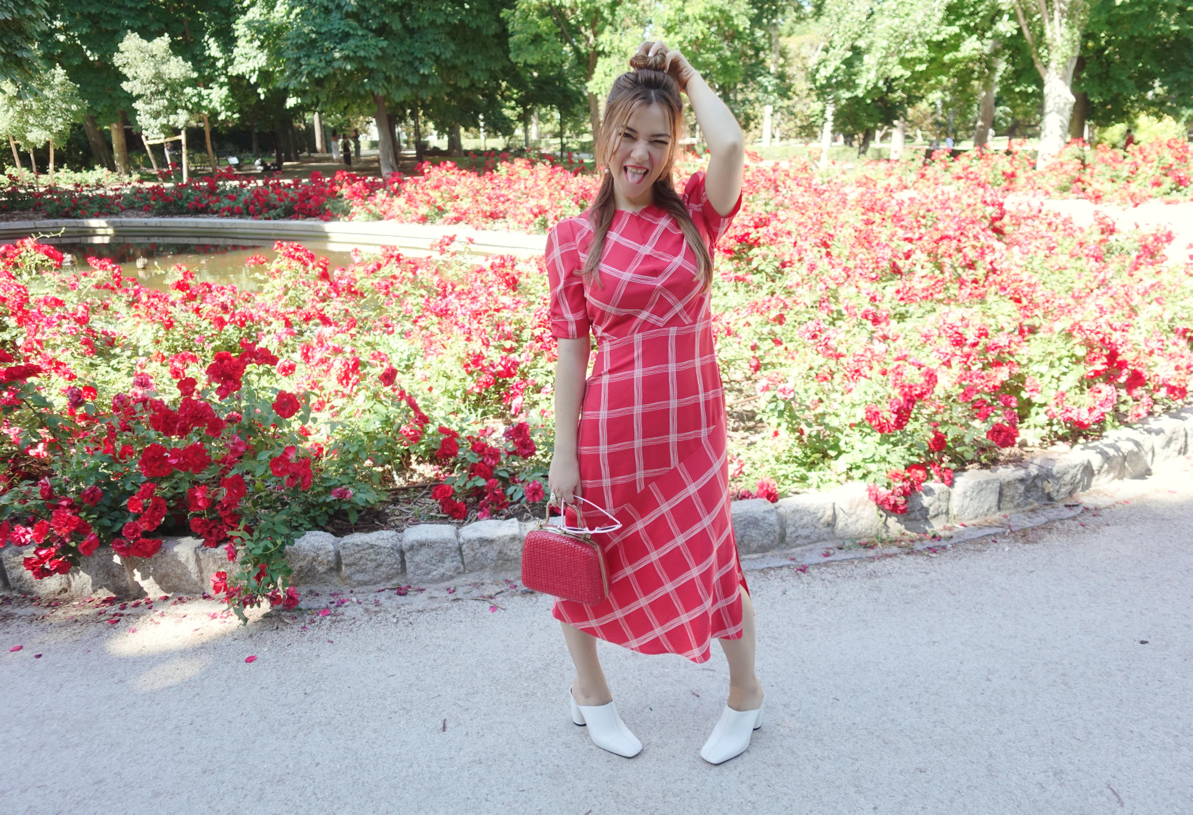 Amazon-moda-ChicAdicta-influencer-fashionista-Chic-Adicta-vestidos-retro-PiensaenChic-zapatos-blancos-Piensa-en-Chic