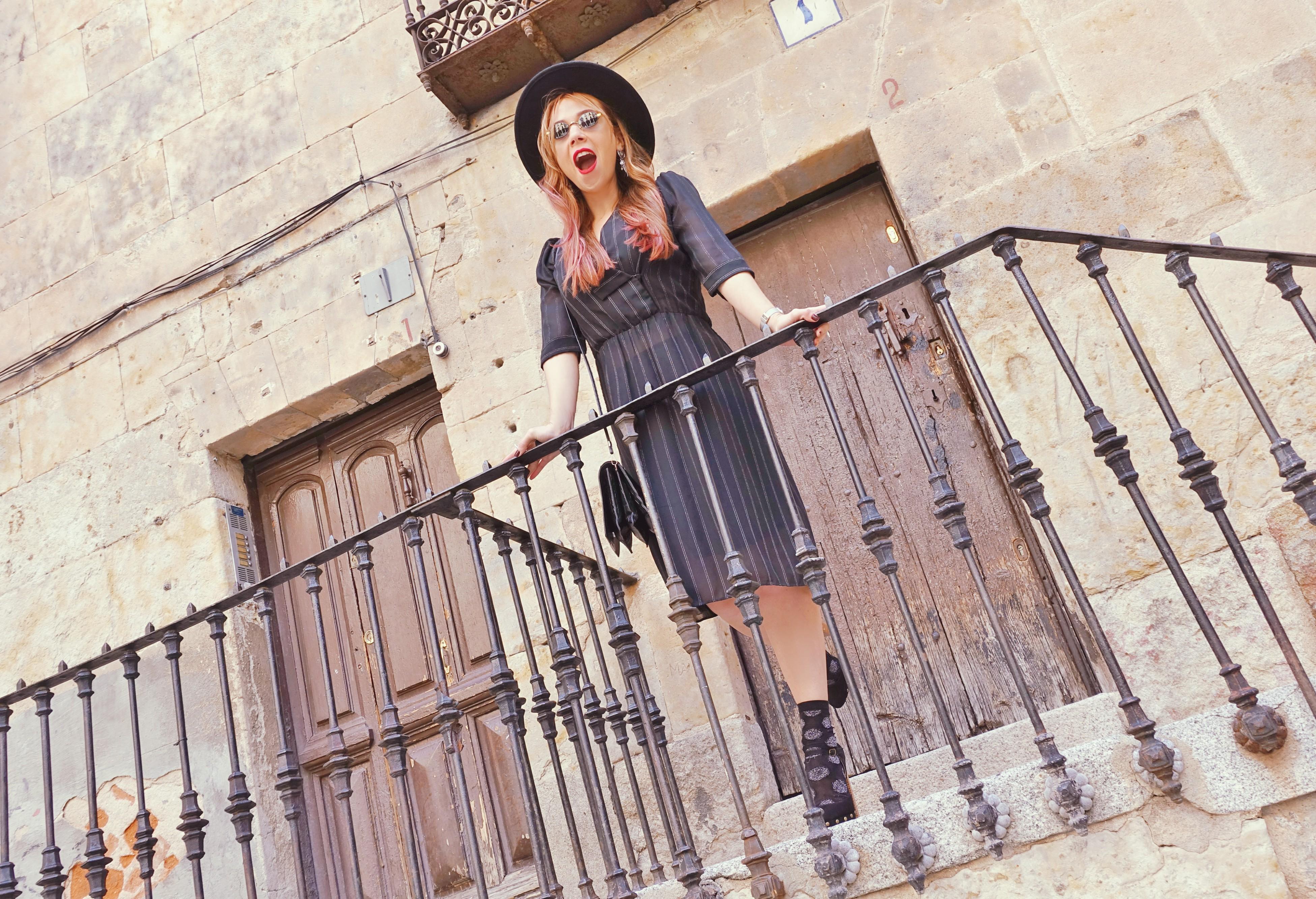 look-con-sombrero-que-ver-en-salamanca-PiensaenChic-influencer-ChicAdicta-blog-de-moda-Chic-Adicta-black-dress-vintage-Piensa-en-Chic