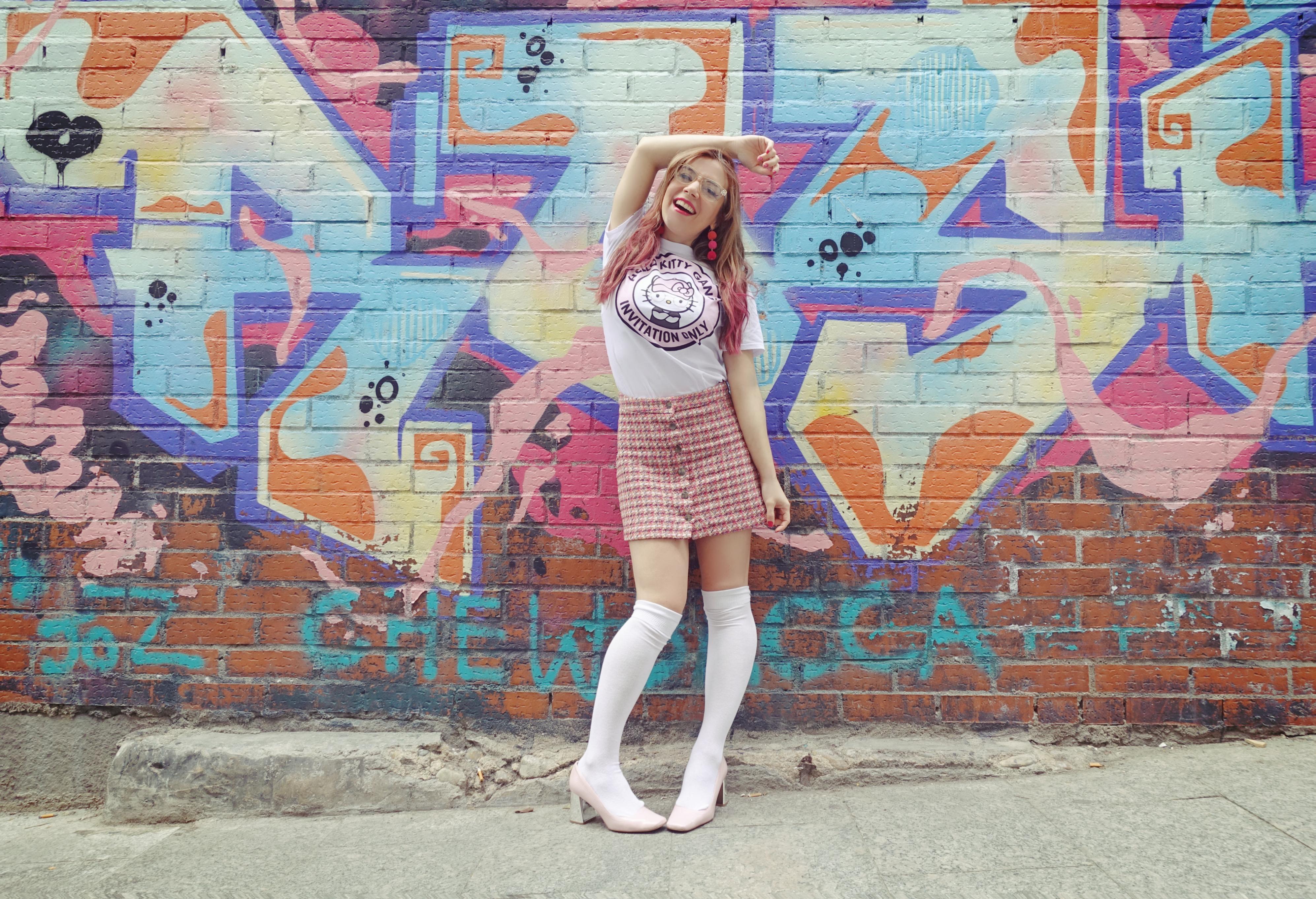 Fashionista-ChicAdicta-blog-de-moda-Chic-Adicta-influencer-look-hello-kitty-falda-pata-de-gallo-PiensaenChic-Piensa-en-Chic