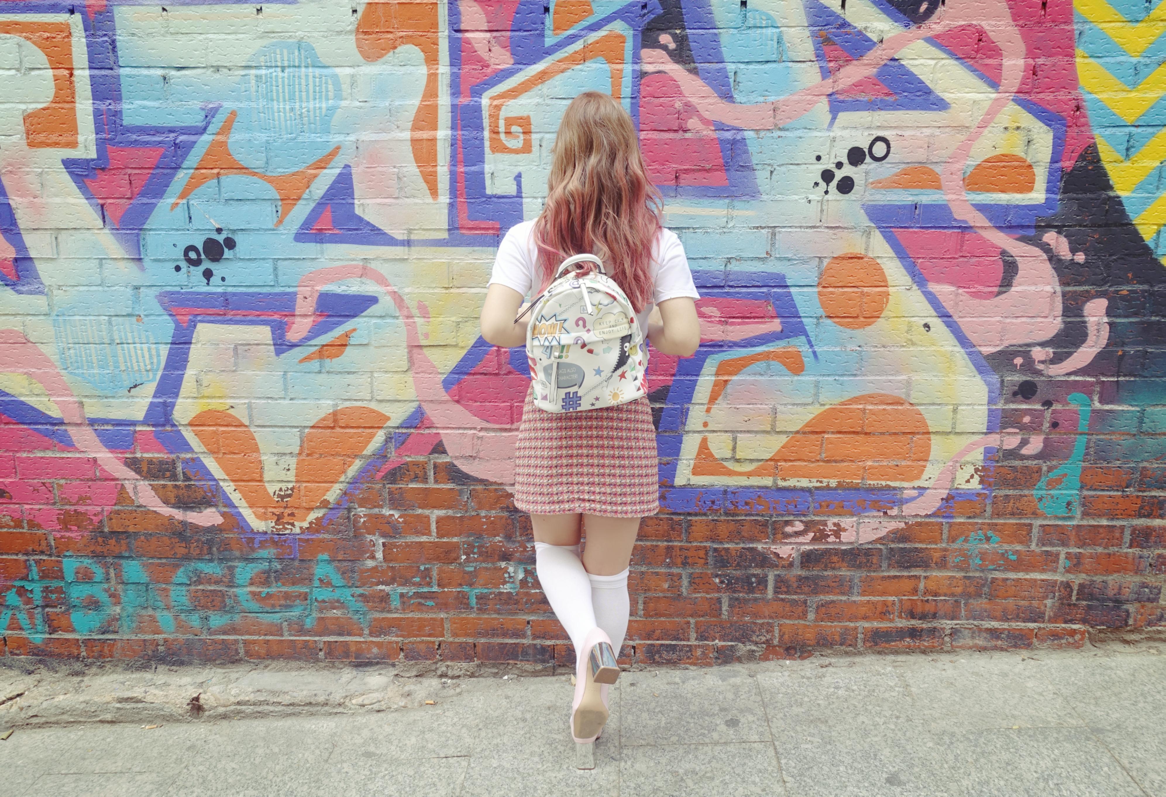 Mochilas-divertidas-blog-de-moda-falda-pata-de-gallo-ChicAdicta-PiensaenChic-influencer-Chic-Adicta-pink-hair-Piensa-en-Chic