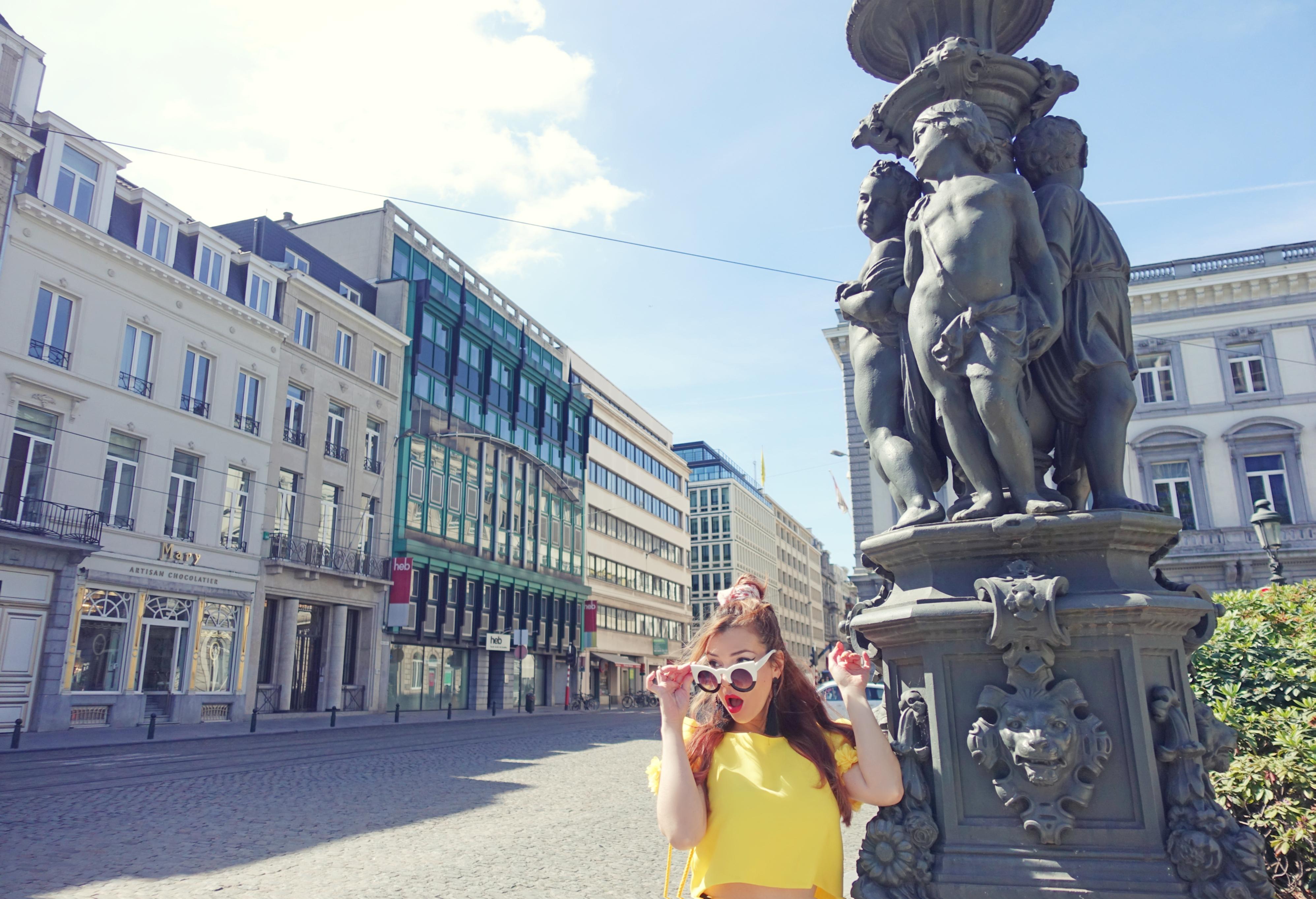 Que-ver-en-bruselas-blog-de-moda-ChicAdicta-influencer-PiensaenChic-blusa-aramat-Chic-adicta-look-amarillo-Piensa-en-Chic