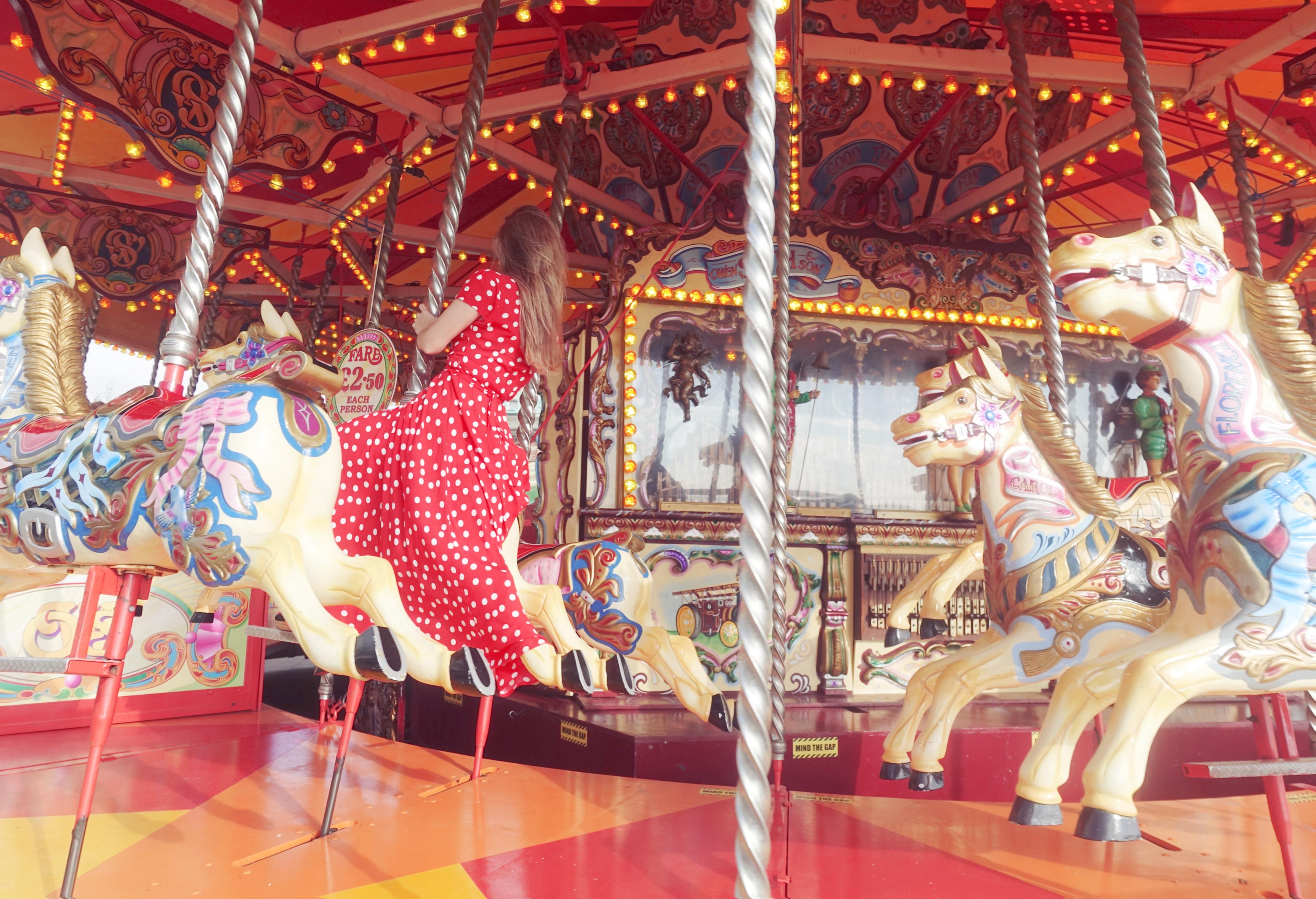 Carrousel-brighton-Chicadicta-influencer-PiensaenChic-polkadot-dress-floryday-Chic-adicta-Piensa-en-Chic-vestidos-de-luanes-retro-look