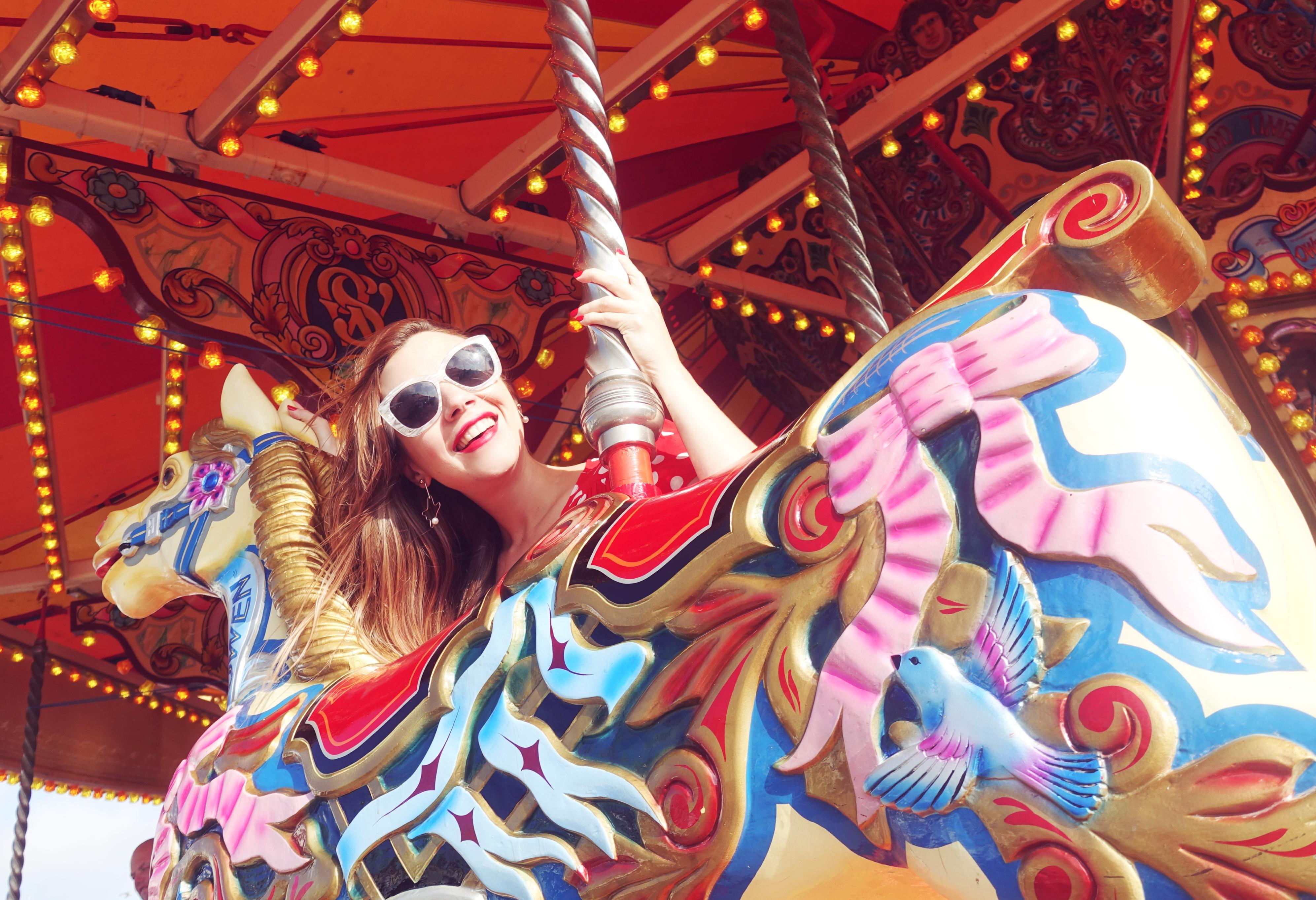 Carrousel-de-Brighton-blog-de-moda-Chicadicta-influencer-PiensaenChic-vestidos-de-lunares-floryday-gafas-blancas-Chic-adicta-Piensa-en-Chic