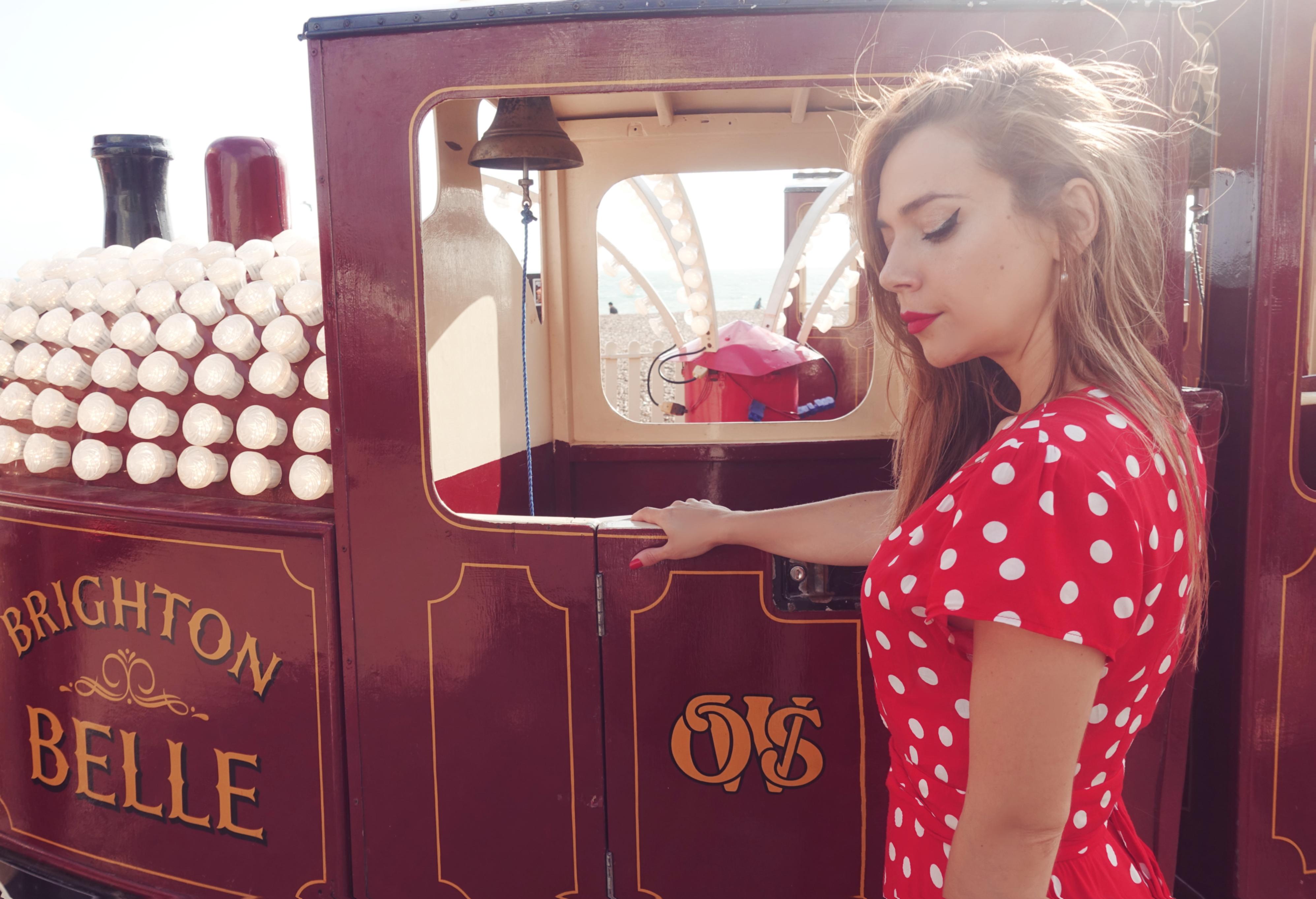 Vestidos-de-lunares-ChicAdicta-blog-de-moda-PiensaenChic-fashionista-polkadot-dress-influencer-Brighton-Piensa-en-Chic-travel-Chic-adicta