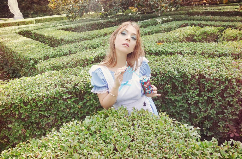 Drink-me-Alice-in-wonderland-PiensaenChic-influencer-espana-Chicadicta-disfraz-de-alicia-Chic-adicta-blog-de-moda-Piensa-en-Chic