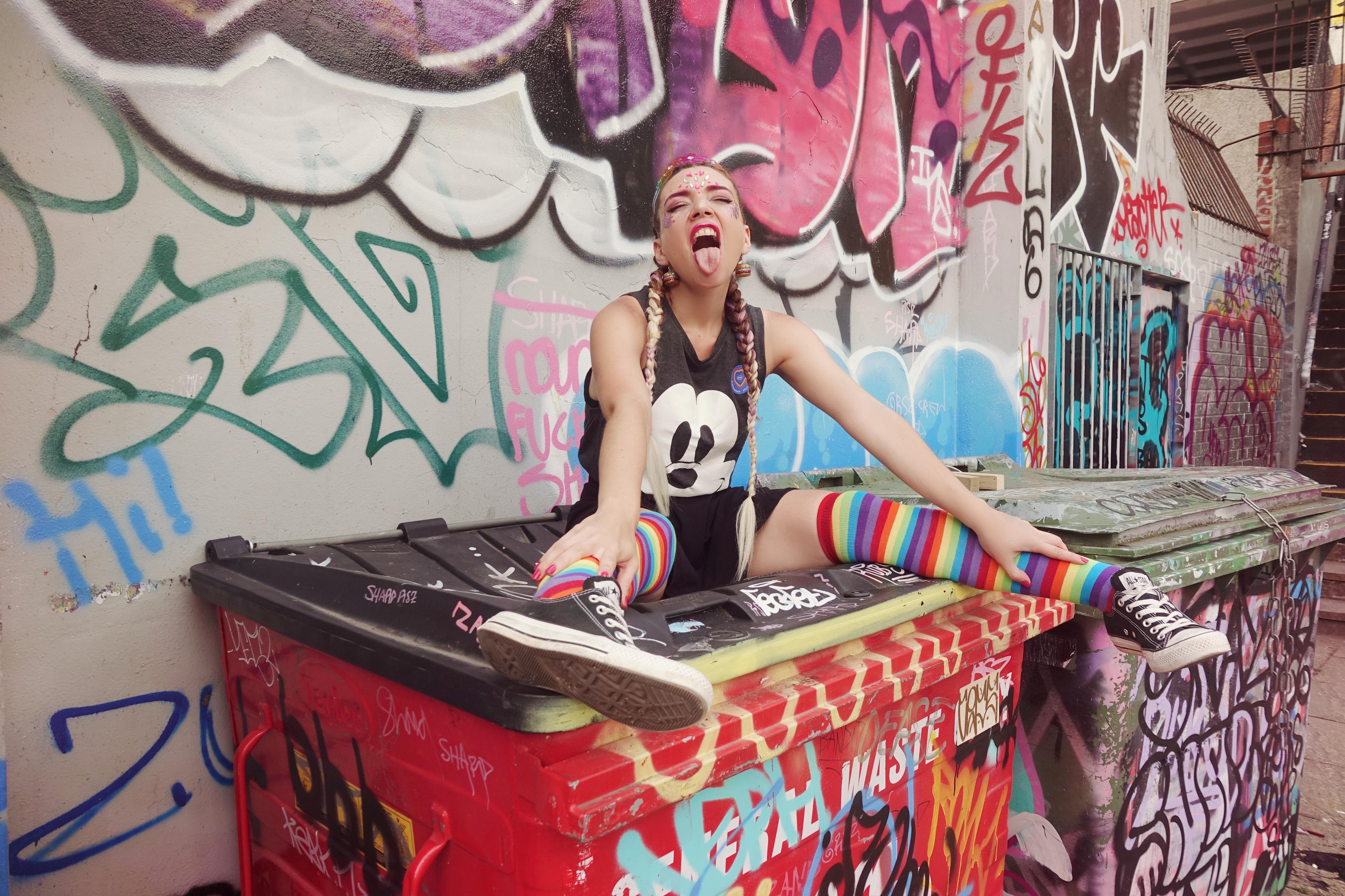 Look-festival-Chicadicta-fashionista-PiensaenChic-influencer-blog-de-moda-maquillaje-de-purpurina-rainbow-outfit-Chic-adicta-Piensa-en-Chic
