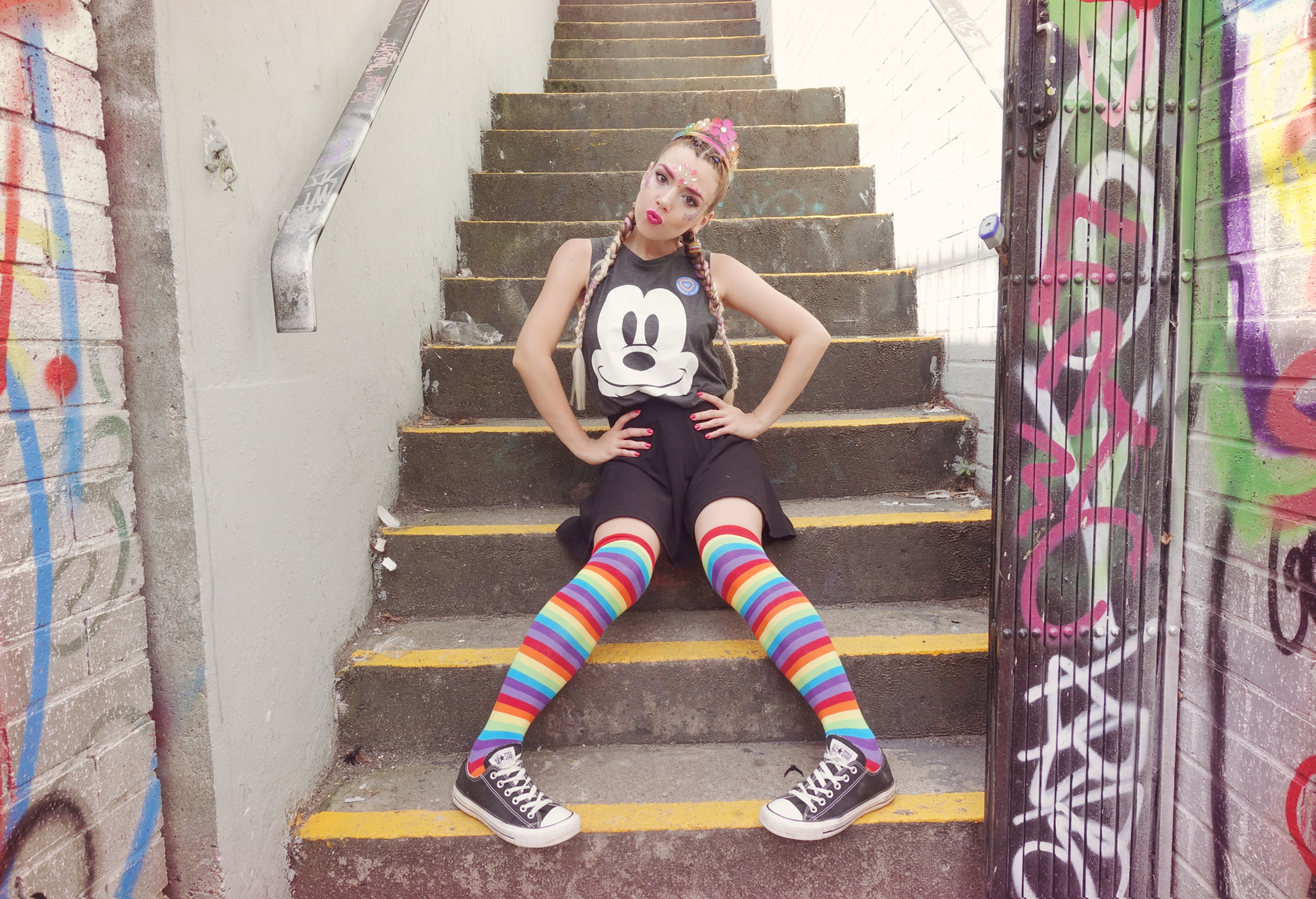 Looks-para-festivales-camisetas-de-Mickey-PiensaenChic-influencer-ChicAdicta-fashionista-maquillaje-de-sirena-glitter-makeup-Chic-adicta-Piensa-en-Chic