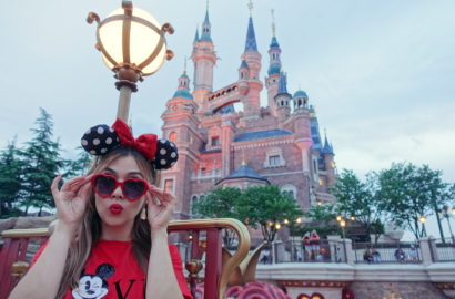 Que-ver-en-China-blog-de-moda-ChicAdicta-influencer-fashion-travel-PiensaenChic-Shanghai-Disney-Mickey-lookdisney-Chic-adicta-Piensa-en-Chic