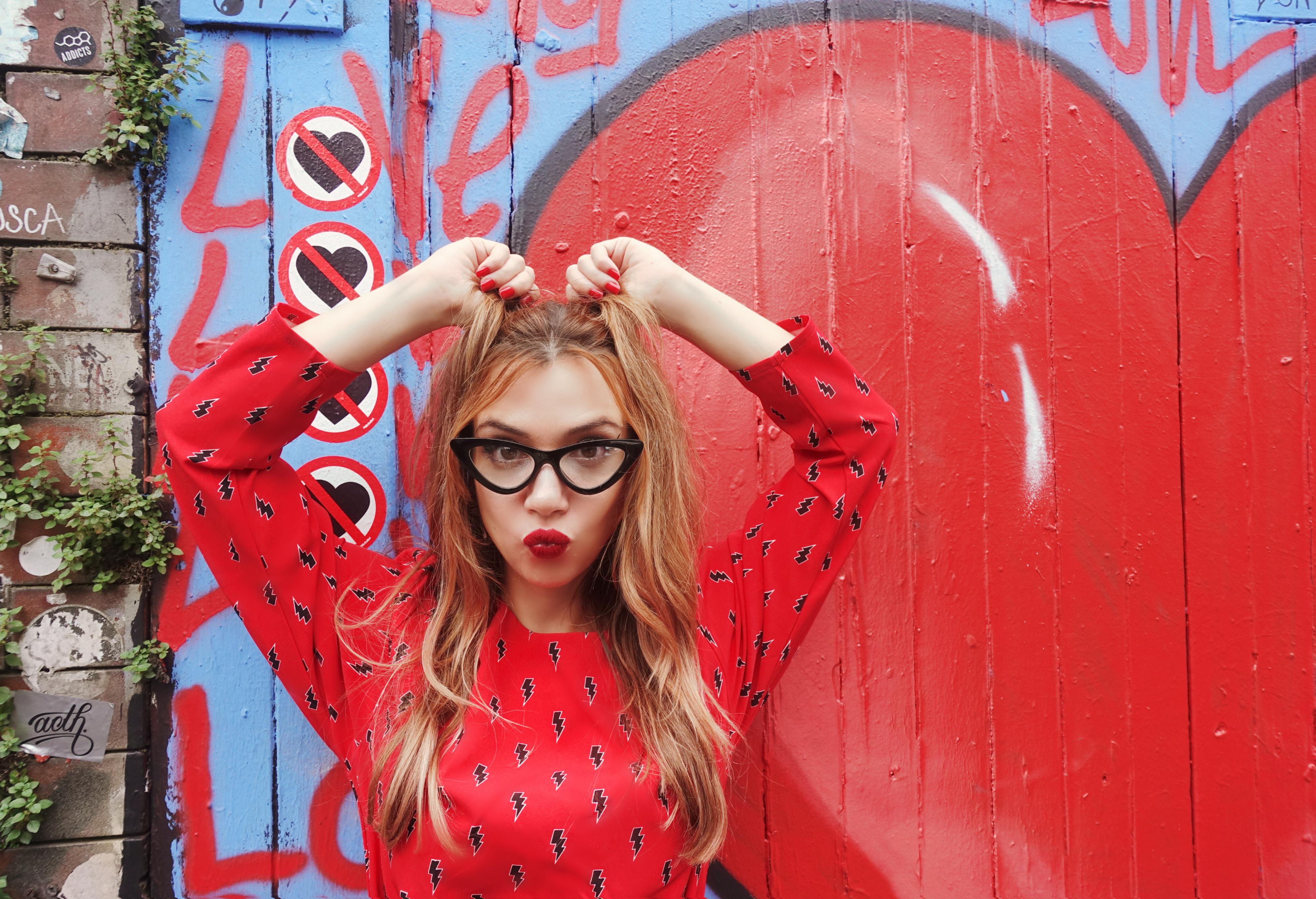 Gafas-retro-Chicadicta-influencer-PiensaenChic-vestidos-minueto-look-de-otono-blog-de-moda-red-outfit-Chic-adicta-Piensa-en-Chic