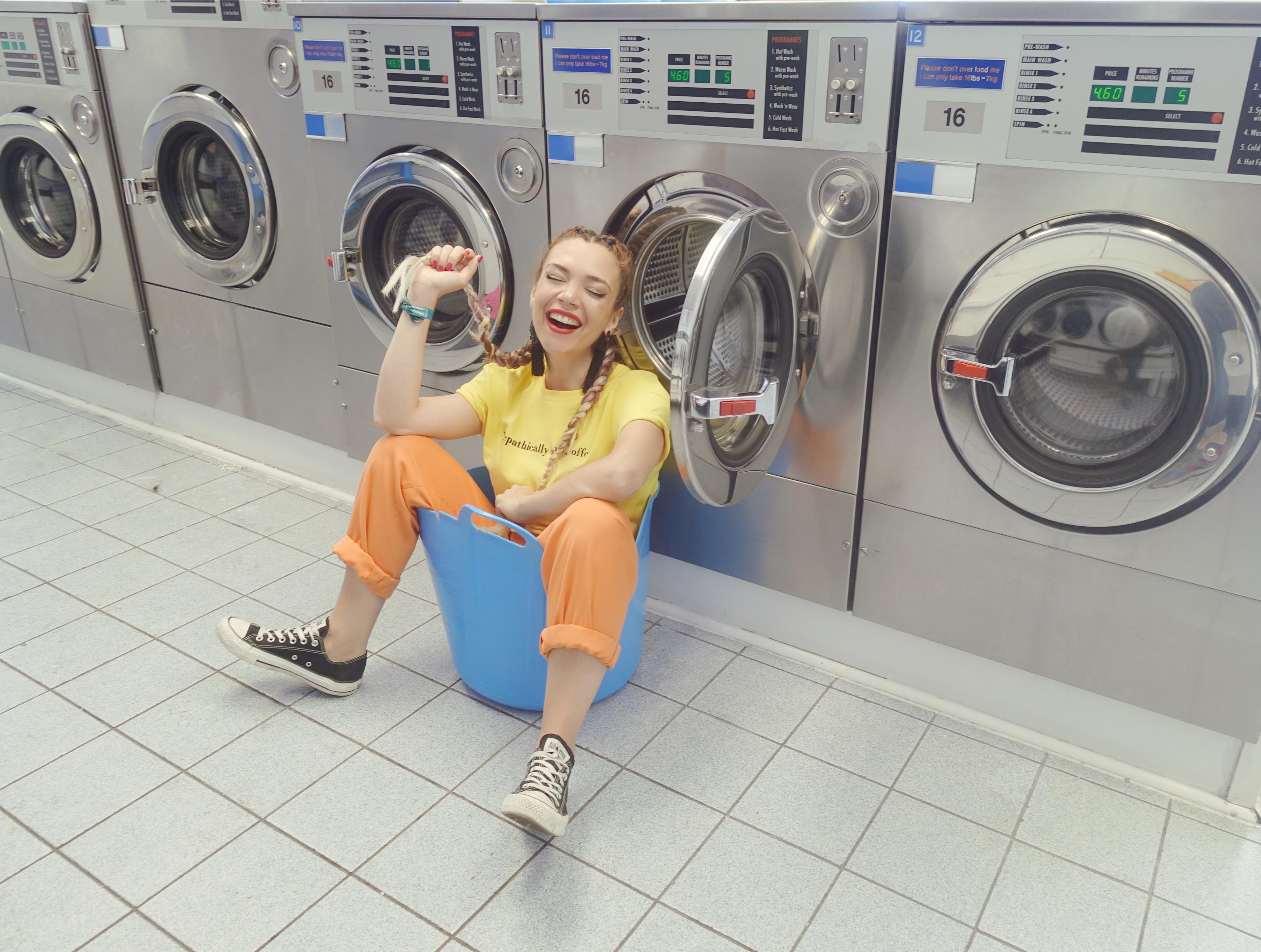 Hipster-laundry-PiensaenChic-influencer-Chicadicta-blog-de-moda-converse-look-brighton-street-style-color-outfit-Chic-adicta-Piensa-en-chic