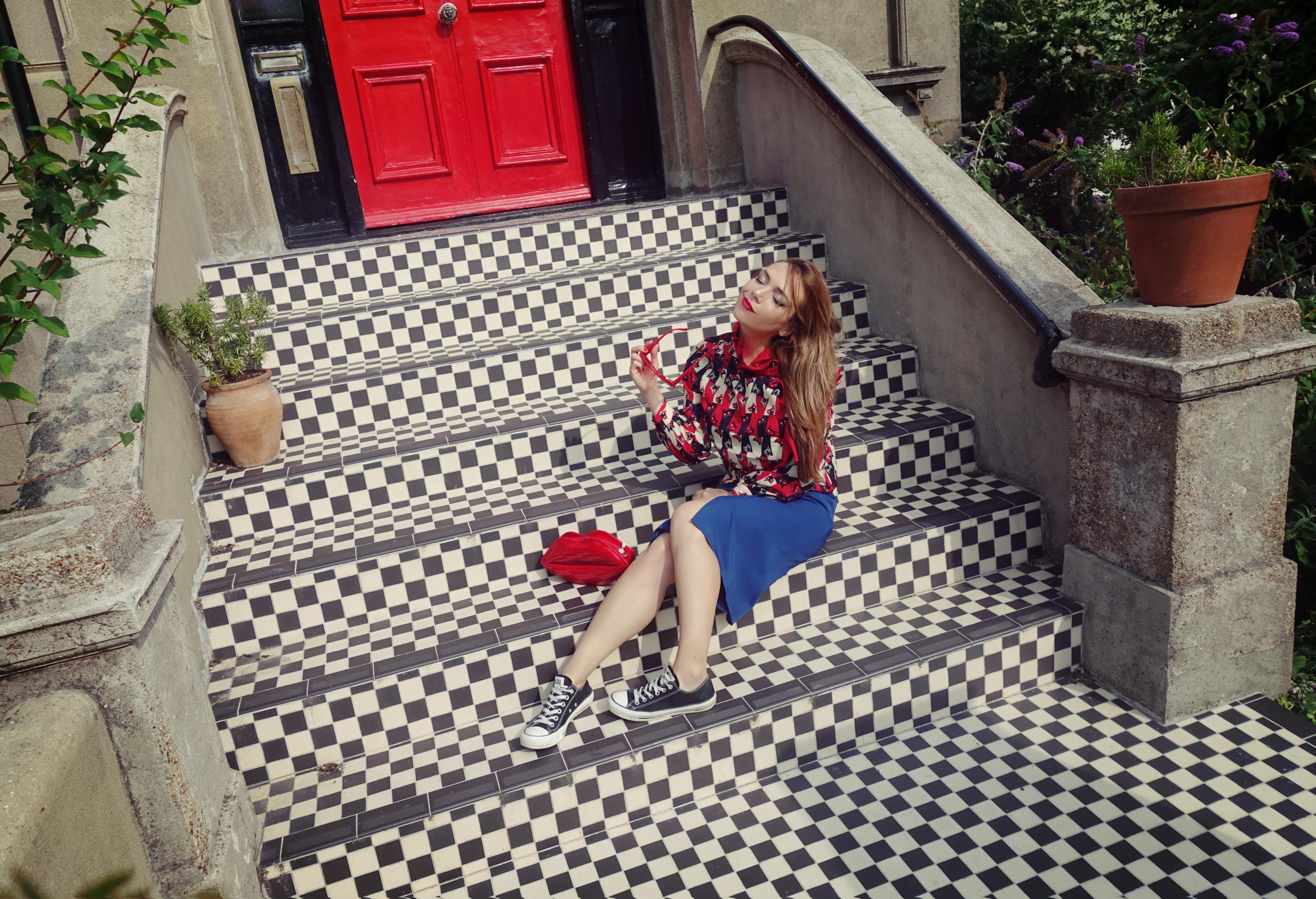 Look-retro-blog-de-moda-Chicadicta-fashion-brighton-PiensaenChic-influencer-faldas-tubo-minueto-converse-outfit-Chic-adicta-Piensa-en-Chic