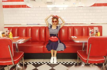 Outfit-retro-PiensaenChic-blog-de-moda-Chicadicta-influencer-brighton-vestidos-vinatge-Ed's-Easy-Diner-look-marinero-Chic-adicta-Piensa-en-Chic
