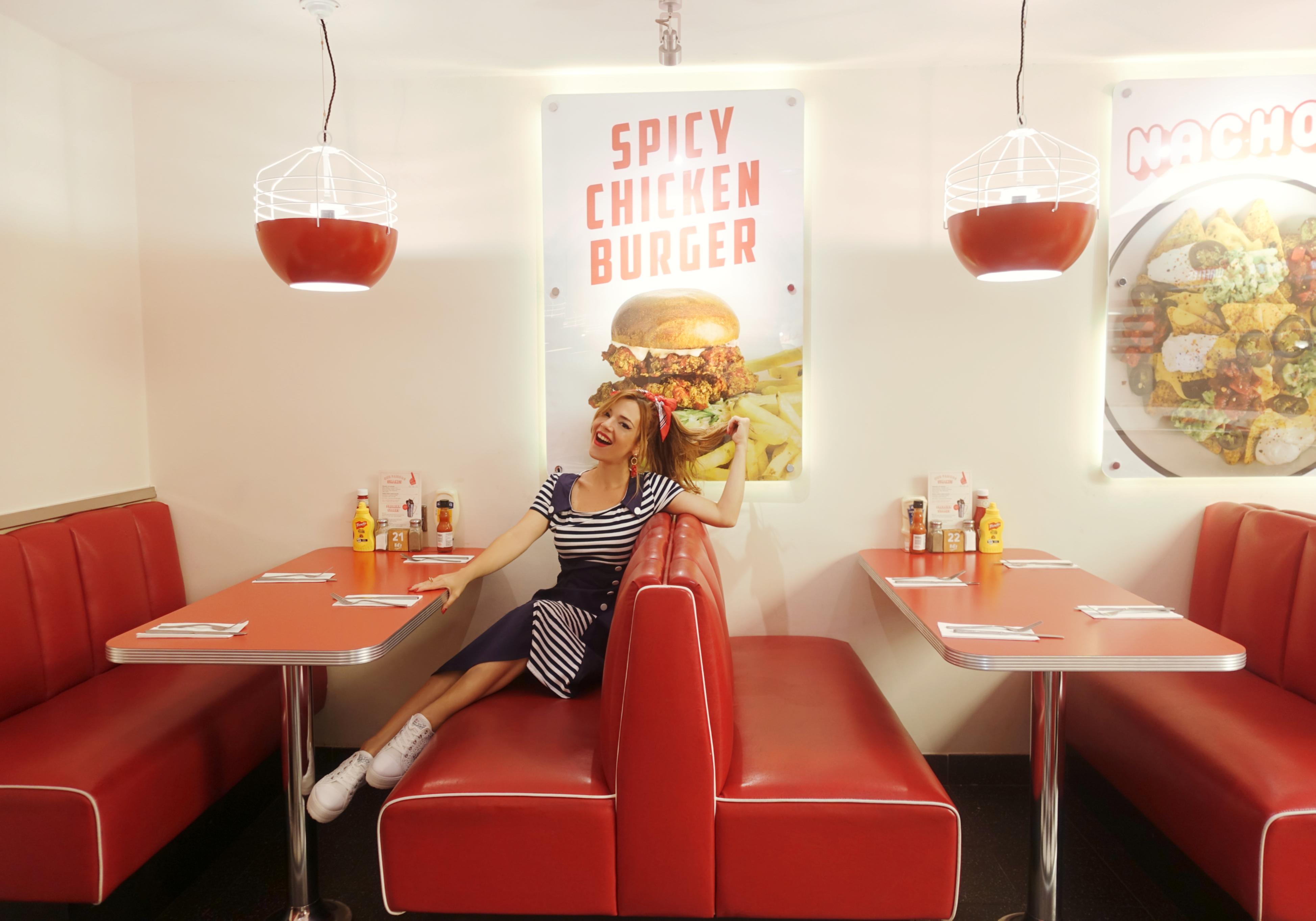 Outfit-retro-vestidos-floryday-Chicadicta-blog-de-moda-PiensaenChic-influencer-50s-style-look-marinero-Ed's-Easy-Diner-Chic-adicta-Piensa-en-Chic