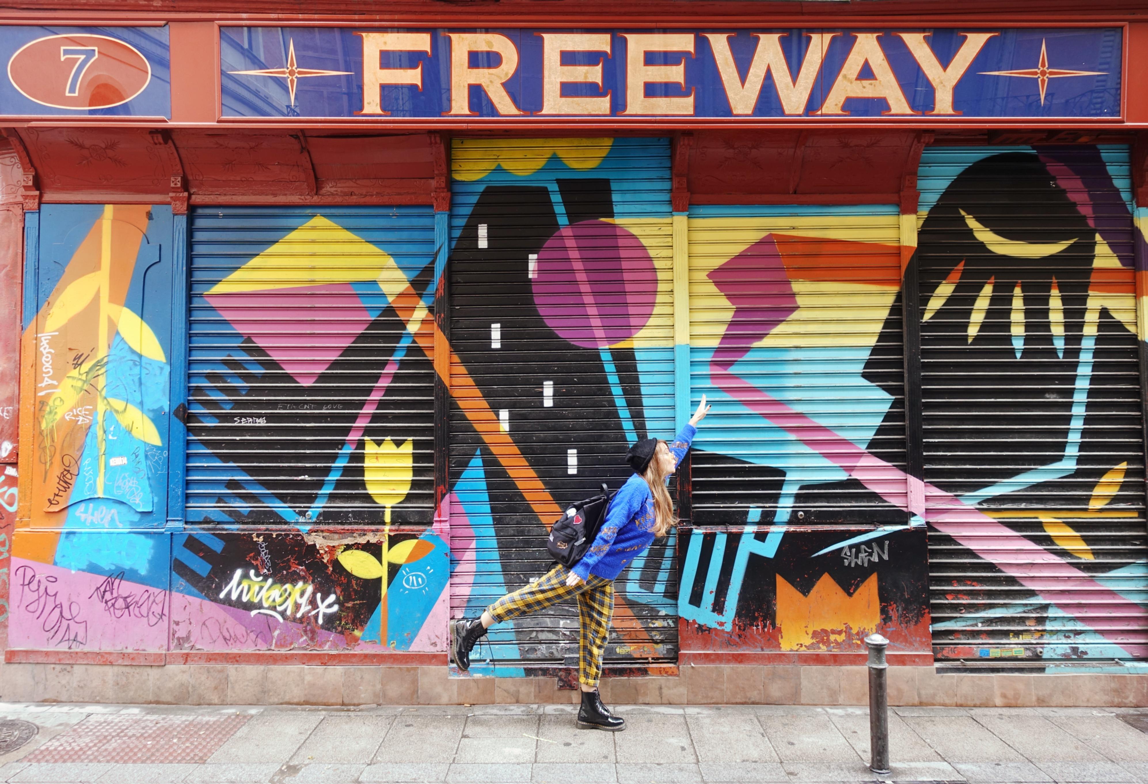 mejores-barrios-de-madrid-malasana-PiensaenChic-blog-de-moda-Chicadicta-influencer-fashionista-mollybracken-clothes-look-de-cuadros-Chic-adicta-Piensa-en-Chic