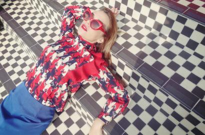 outfit-retro-gatitos-kawaiis-blog-de-moda-PiensaenChic-influencer-Chicadicta-faldas-tubo-minueto-fashion-travel-brighton-Chic-adicta-Piensa-en-Chic