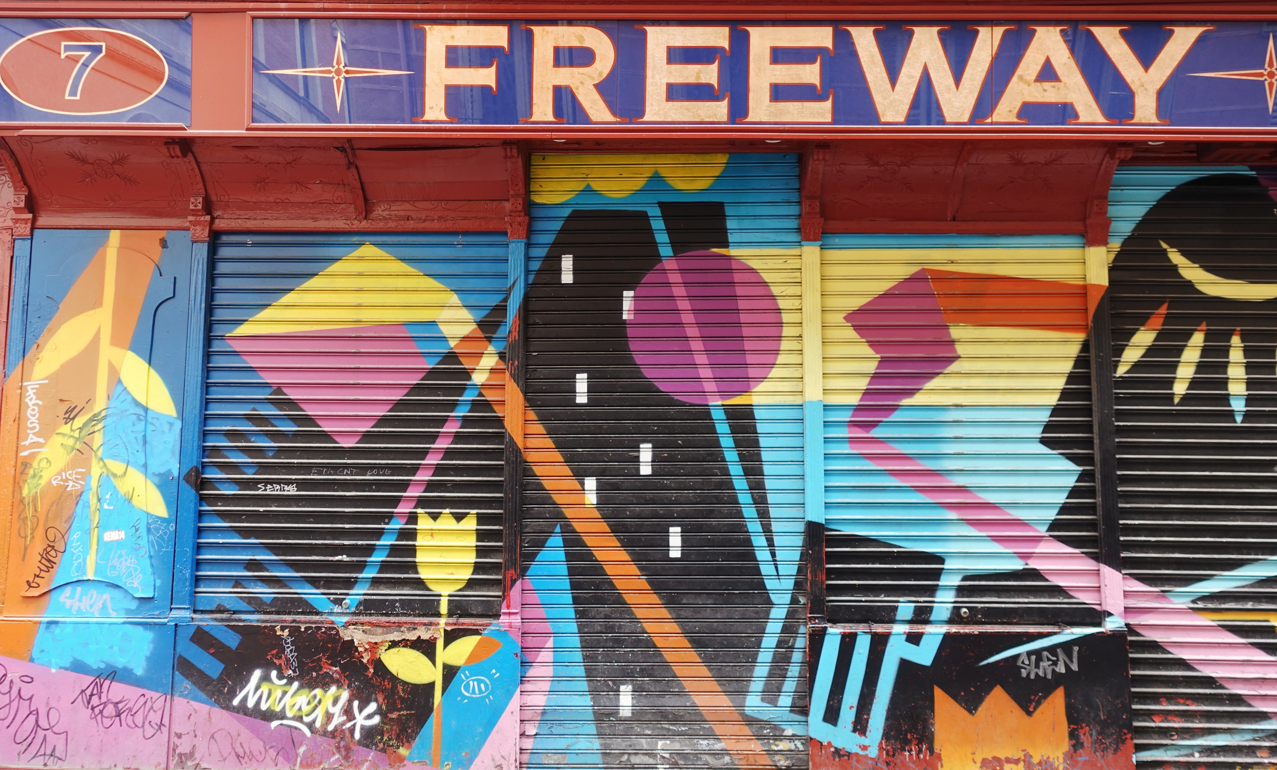 street-art-madrid-blog-de-moda-Chicadicta-influencer-PiensaenChic-arte-urbano-malasana-chic-adicta-Piensa-en-Chic