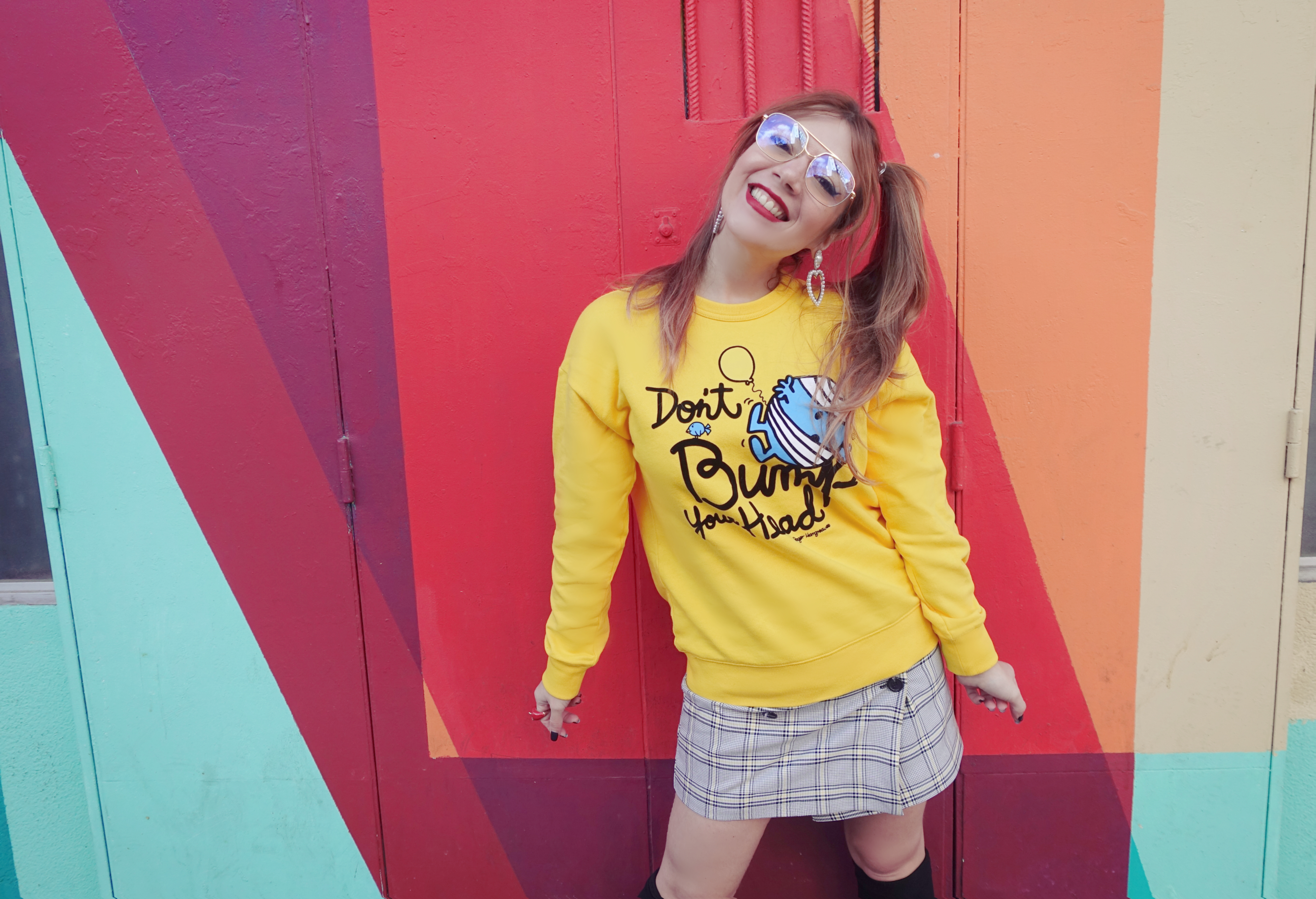 hk-chocoolate-sweaters-Chicadicta-influencer-PiensaenChic-blog-de-moda-falda de cuadros-outfit-amarillo-cute-style-Chic-adicta-Piensa-en-Chic