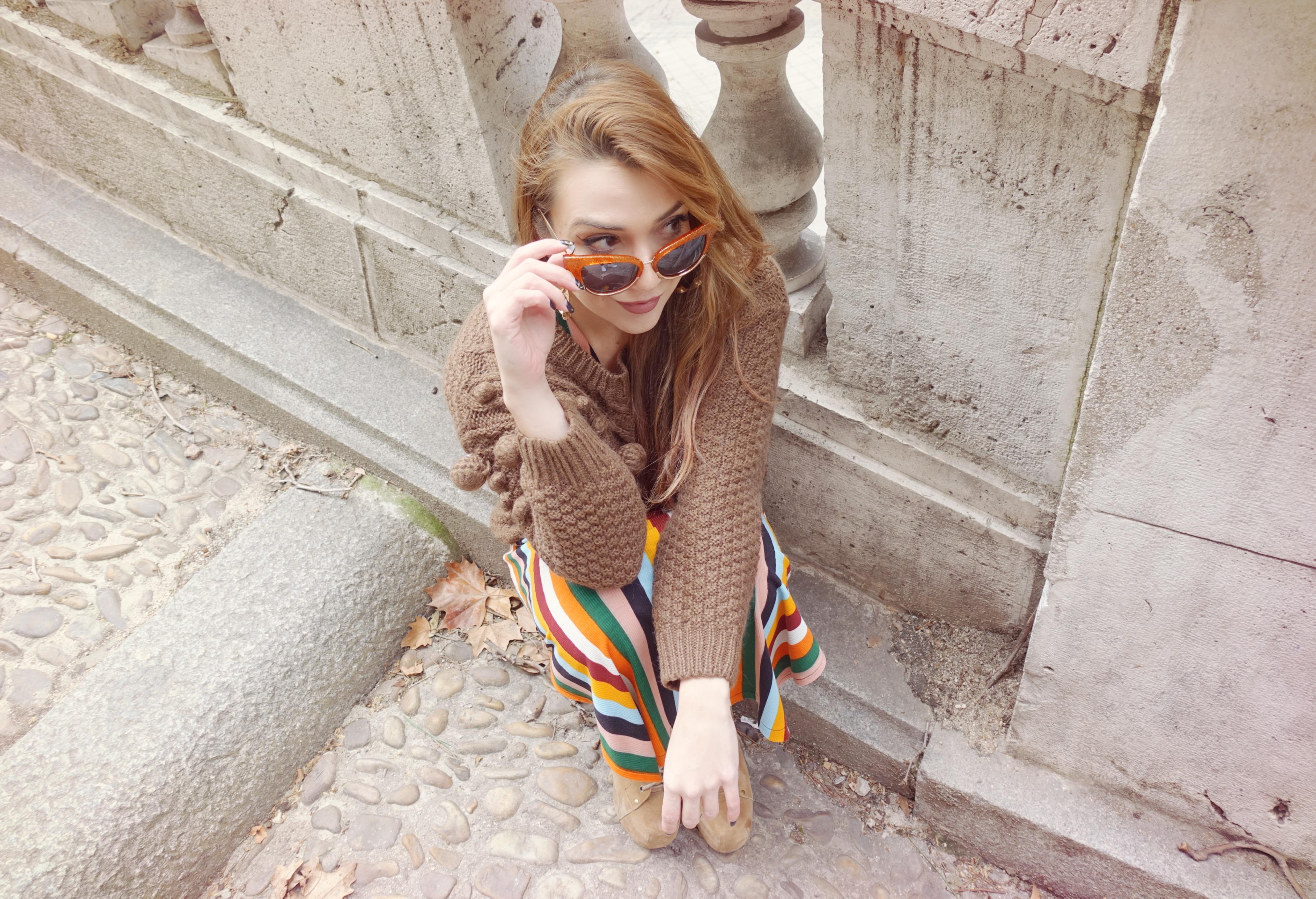 Pelirroja-influencer-madrid-fashionista-blog-de-moda-Piensa-en-chic-stripes-look-outfit-de-invierno-chic-adicta-Piensa-en-chic