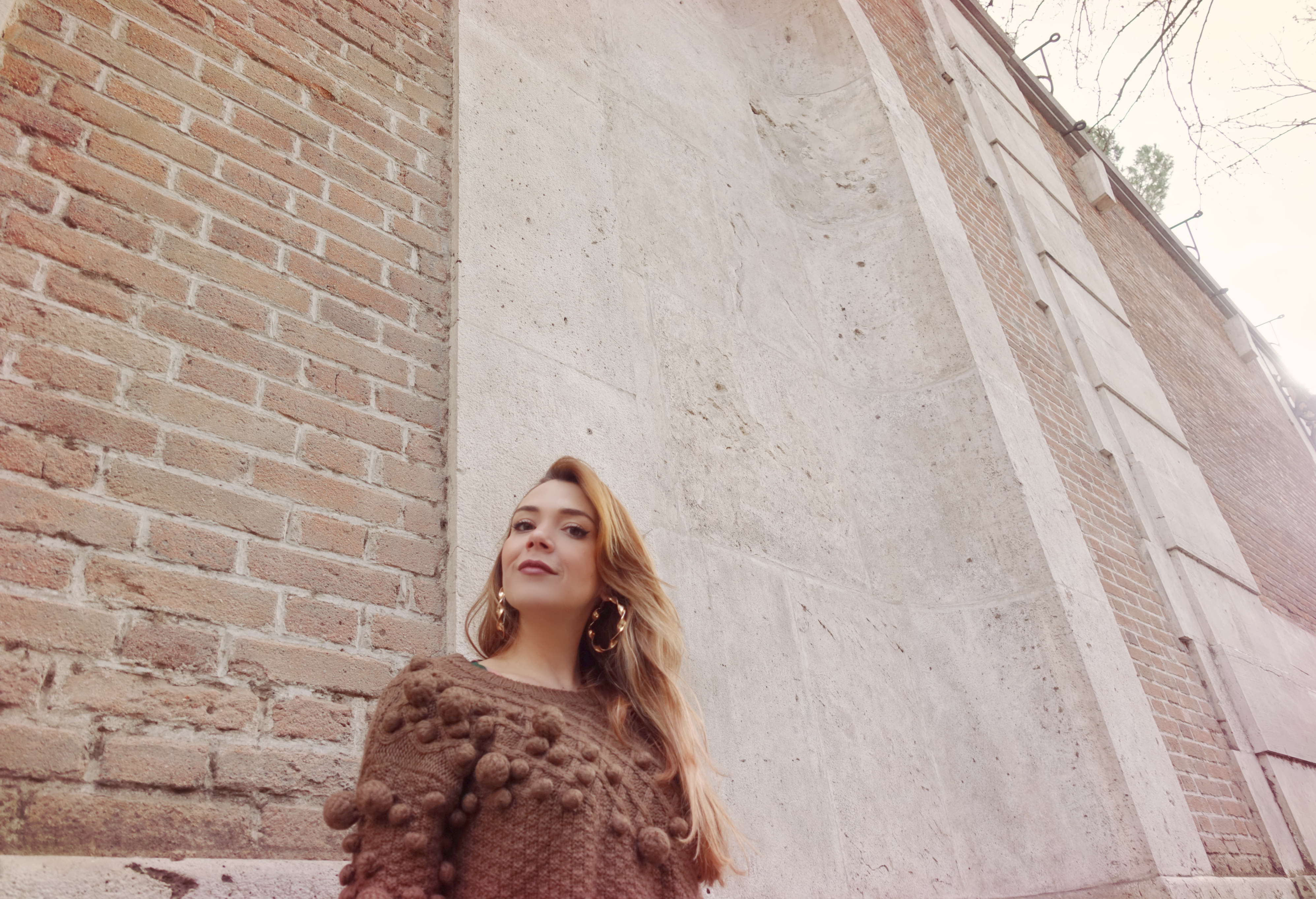 Sweater-weather-JovonnaLondon-Piensaenchic-blog-de-moda-chicadicta-fashionista-influencer-aros-dorados-chic-adicta-Piensa-en-chic-